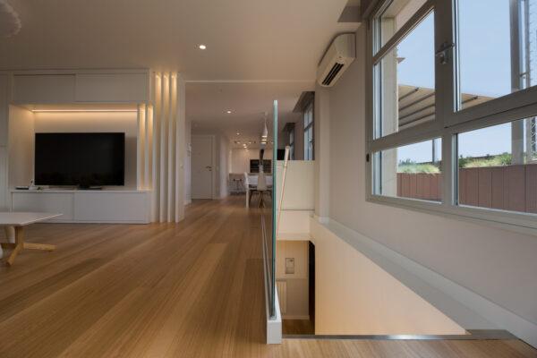 salón interior vista vivienda con ventanas a la terraza y parquet