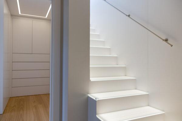 Interior escalera blanca con luz y vestidor