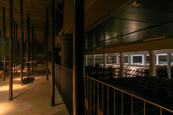 Fotografía de arquitectura en bodega. Sala de barricas